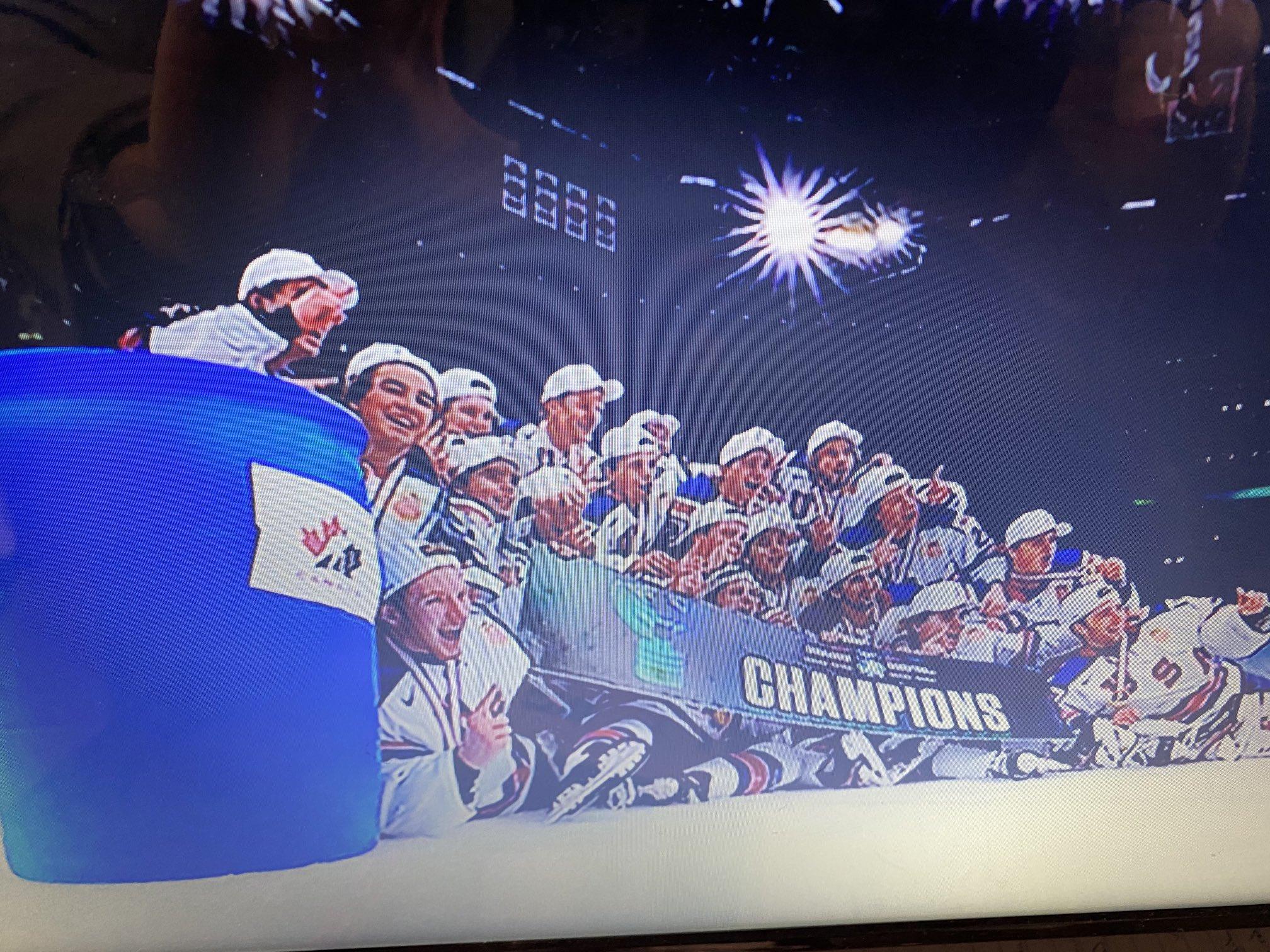 Сборная США после победы на МЧМ сфотографировалась с мусорным баком с логотипом Канады