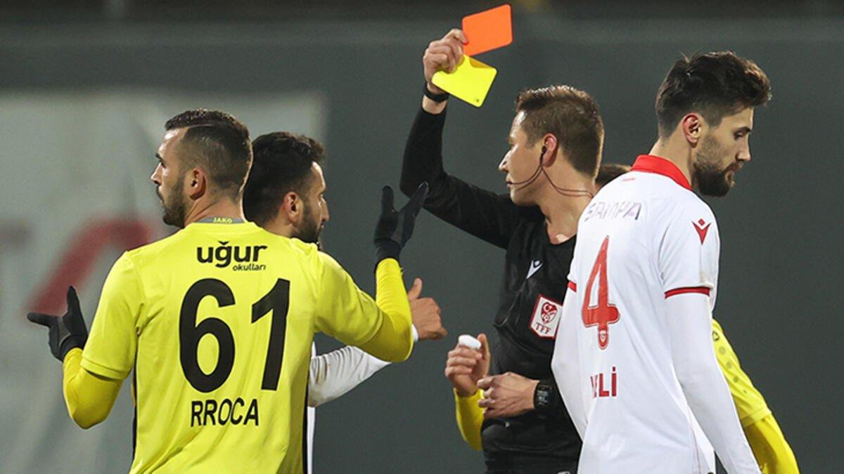 Арбитр по ошибке удалил игрока с поля в матче первого дивизиона чемпионата Турции